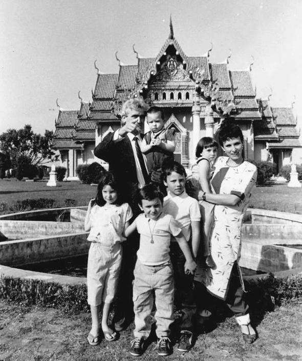 Bodhgaya, India, Febrero 1987 Familia en frente del Templo Tailandés