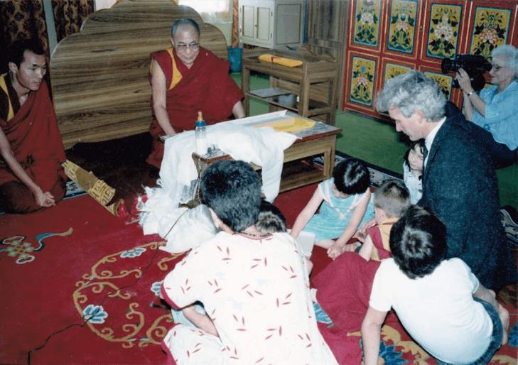Bodgaya, India febrero 1.987, familia con S.S. Dalai Lama